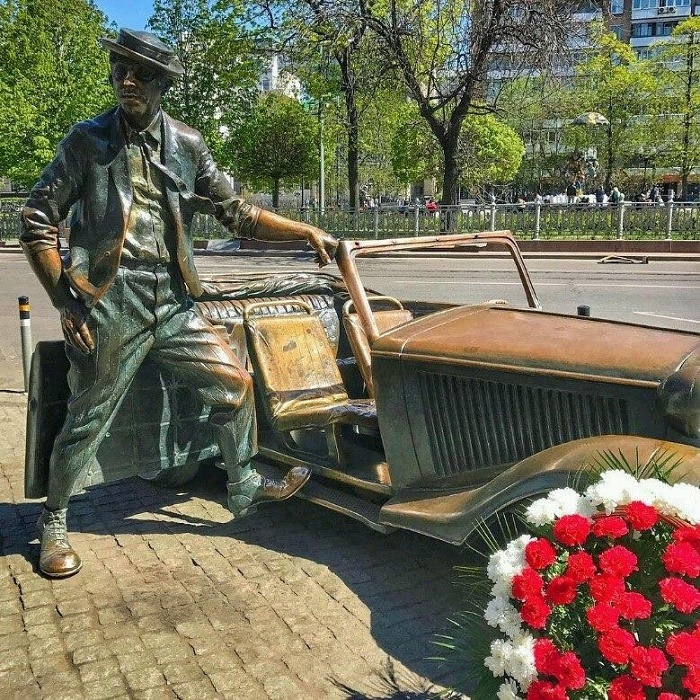 Bronze figure of the legendary Yuri Nikulin next to the circus in Moscow