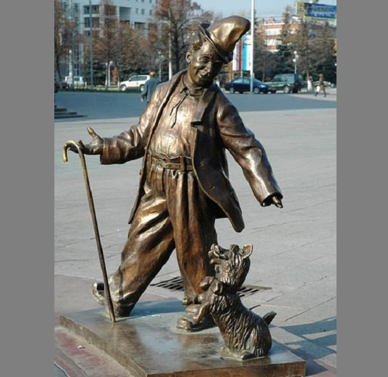 Karandash (pencil, clown's nickname), a monument to Mikhail Rumyantsev in Gomel (Belarus), at the entrance to the circus
