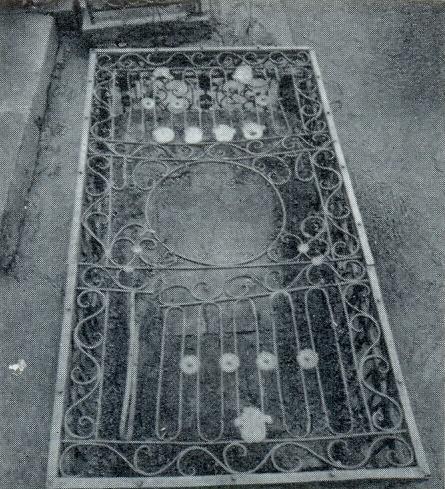 Unknown master. The tomb of M. Yu. Cherkasskaya. 2 nd half of the XVIII century. Marble, cast iron. Petersburg, Necropolis of the XVIII century, the Alexander Nevsky Lavra