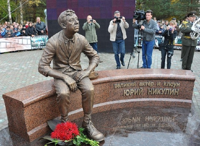 Work by sculptor Igor Chumakov. Monument to Yuri Nikulin in Demidov of the Smolensk region. October 2011