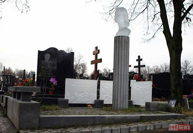 Lifenews photo - cemetery monument to Lyubov Polishchuk