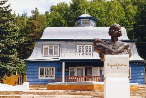 The first monument of M. Tsvetaeva (sculptor Yuri Soldatov) installed in 1992 in Bashkortostan, in the village of Usen-Ivanovo
